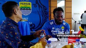 Gelandang Persib Bandung Makan Nasi Padang