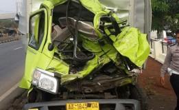 Akibat Menabrak Truk Tronton Seorang Penumpang Mobil Boks Tewas