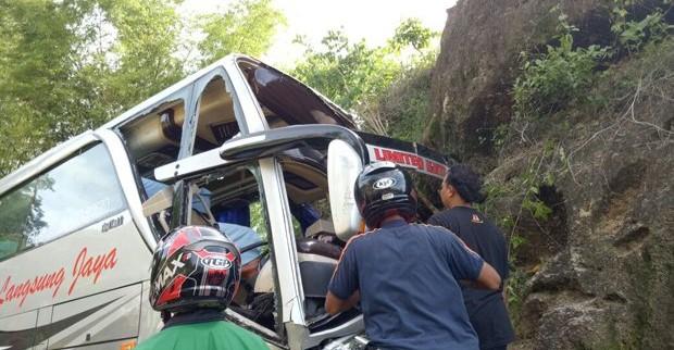 Satu Bus Pariwisata Di Bantul Menabrak Tebing 2 Orang Tewas