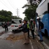 Bus Transjakarta Alami Kebocoran Oli Di Jalan Daan Mogot