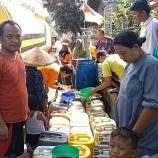 Warga Cirebon Antri Air Bersih