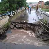 Banjir di Bima dan Dompu Putuskan Jembatan Antar-Desa, Warga Buat Jalan Alternatif